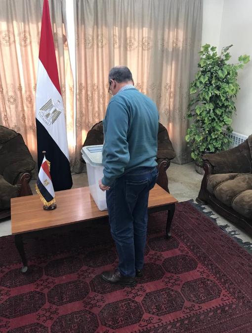 مواطن مصرى يدلى بصوته فى الاستفتاء بافغانستان
