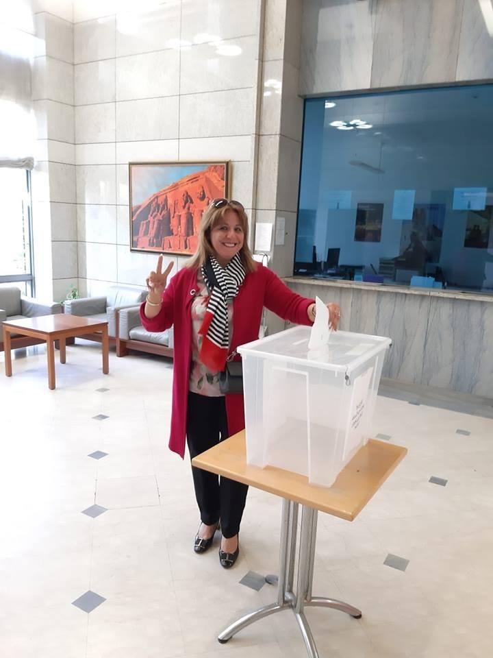 مصرية تضع ورقة الاقتراع فى الصندوق
