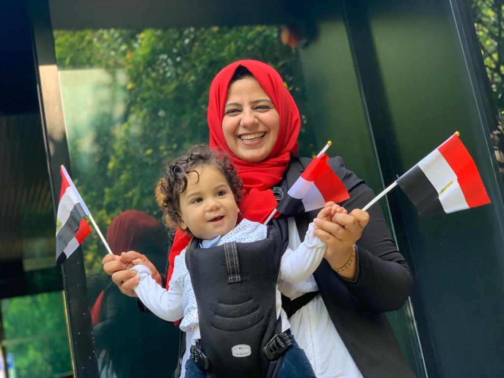 مصرية مقيمة بالخارج تصطحب بنتها خلال الاستفتاء