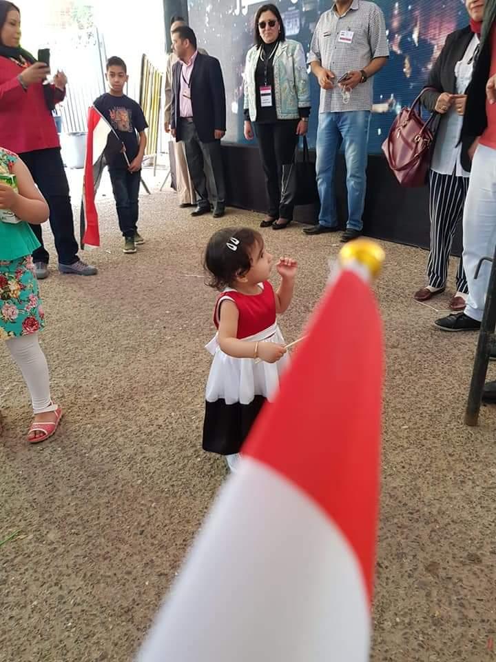 طفلة مصرية تشارك مع أسرتها فى الاستفتاء بالكويت