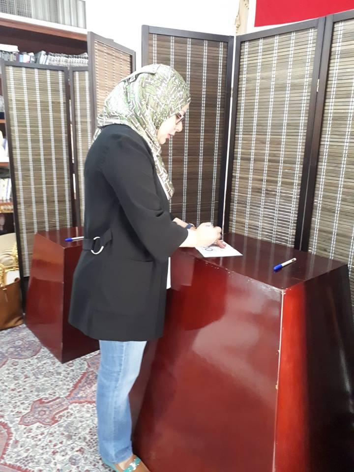 نائب رئيس جامعة البحرين تدلى بصوتها فى استفتاء الدستور