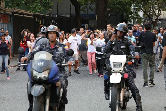 شرطة-فنزويلا-تواجه-المواطنين