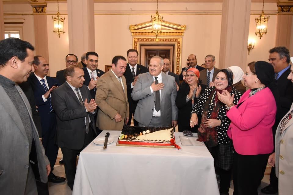 جانب من الاحتفال بعيد ميلاد رئيس جامعة القاهرة  (15)