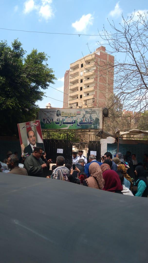 صور الرئيس تتصدر المشهد أمام لجان الاستفتاء بالوراق وبشتيل  (4)