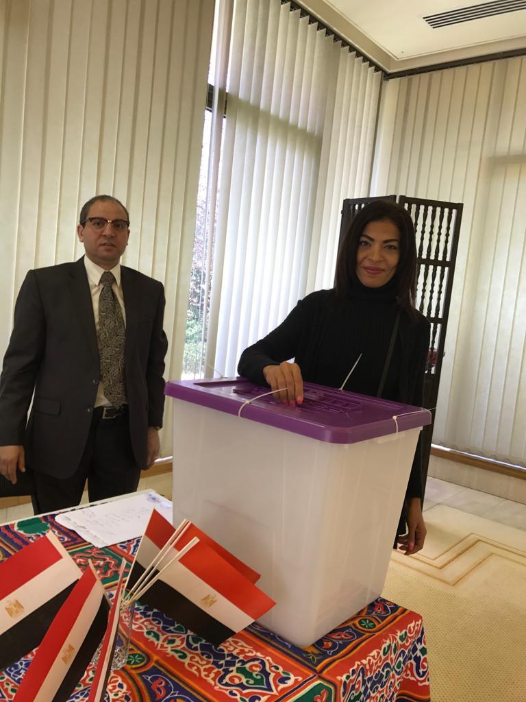 مواطنة مصرية تدلى بصوتها فى الاستفتاء على الدستور بكانبرا