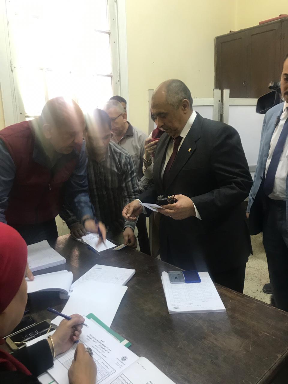 وزير الزراعة يدلى بصوته فى الاستفتاء (1)