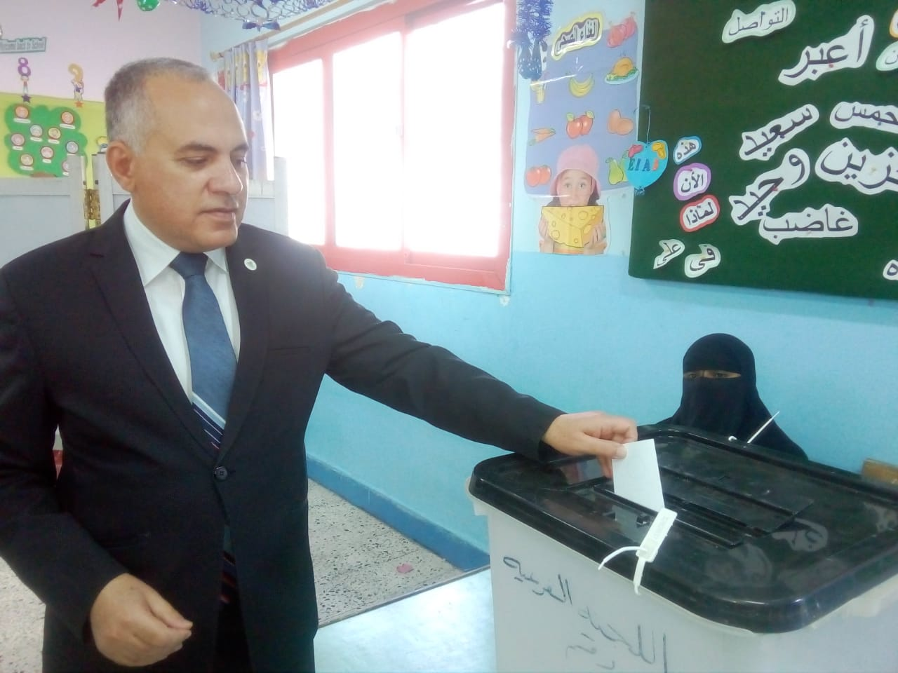 وزير الرى أثناء الإدلاء بصوته (3)