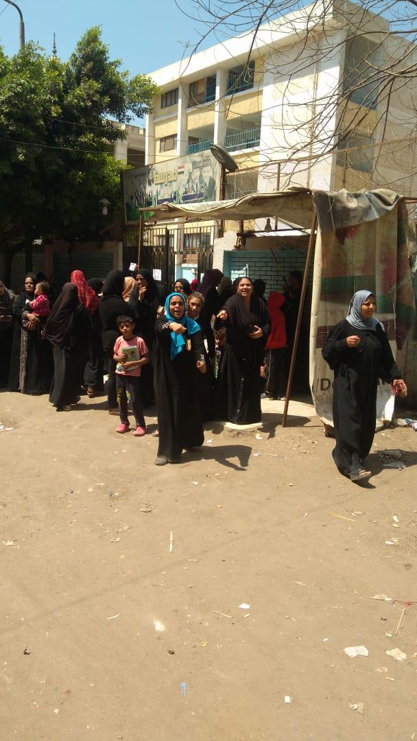 صور الرئيس تتصدر المشهد أمام لجان الاستفتاء بالوراق وبشتيل  (1)