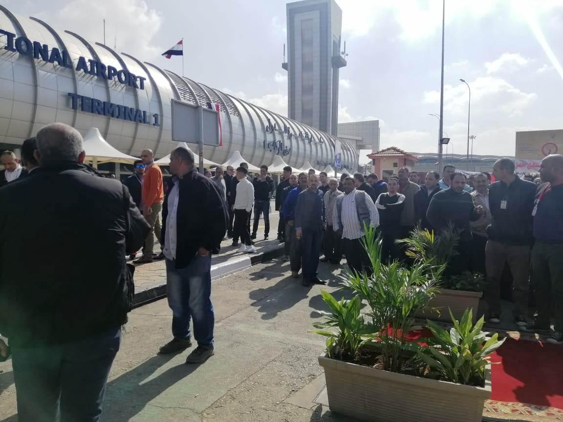 توافد العشرات علي اللجان الانتخابية بمطار القاهرة (4)