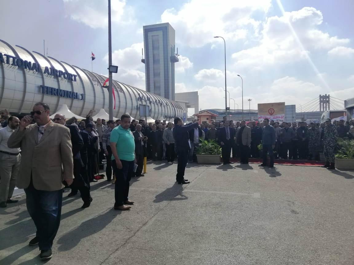 توافد العشرات علي اللجان الانتخابية بمطار القاهرة (2)
