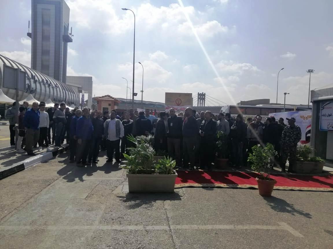 توافد العشرات علي اللجان الانتخابية بمطار القاهرة (3)