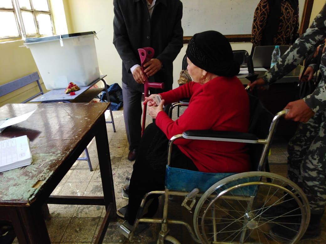 مقاعد متحركة لكبار السن فى الاستفتاء على التعديلات الدستورية (3)