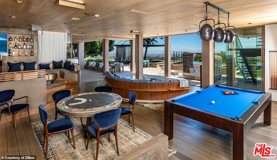 غرفة للعب بها طاولات بلياردو وبوكر