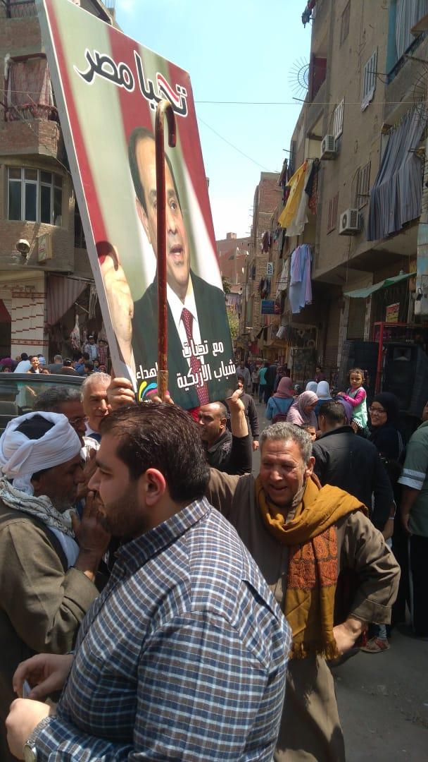صور الرئيس تتصدر المشهد أمام لجان الاستفتاء بالوراق وبشتيل  (2)