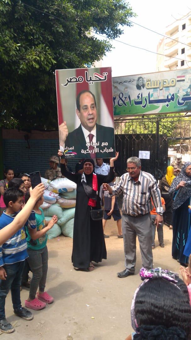 صور الرئيس تتصدر المشهد أمام لجان الاستفتاء بالوراق وبشتيل  (5)