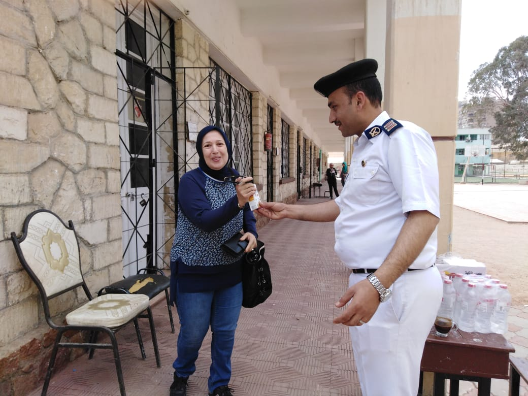 الشرطة توزع عصائر ومياه على الناخبين فى المعادى