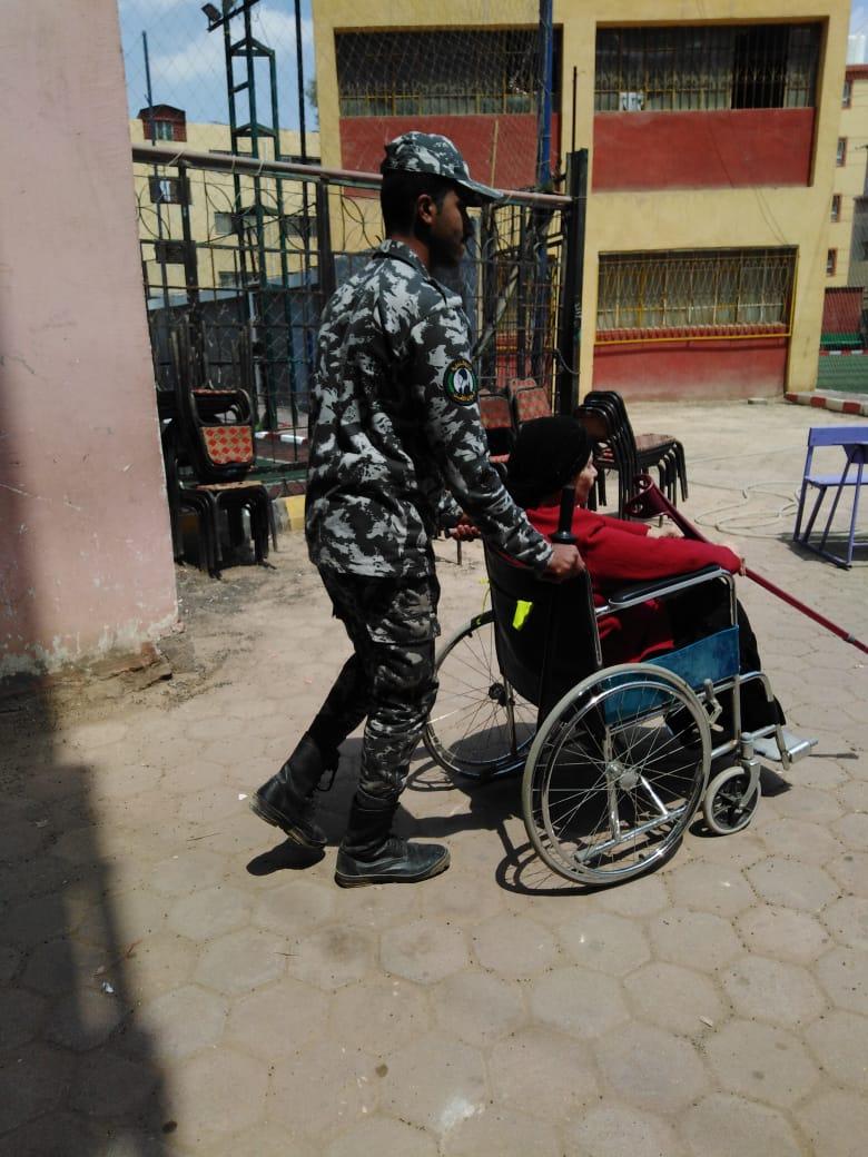 مقاعد متحركة لكبار السن فى الاستفتاء على التعديلات الدستورية (1)