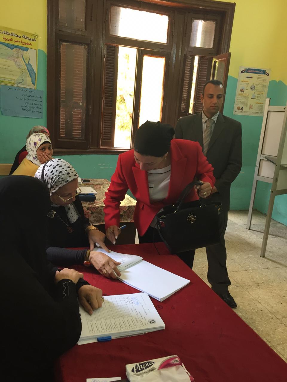 الدكتورة ياسمين فؤاد وزيرة البيئة تدلى بصوتها في الاستفتاء (1)