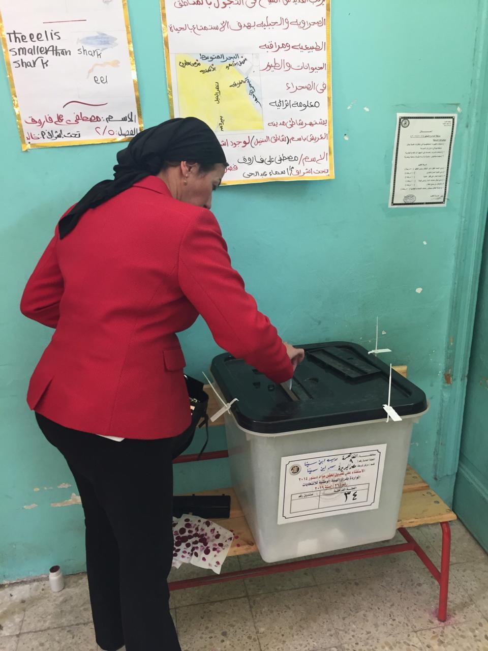 الدكتورة ياسمين فؤاد وزيرة البيئة تدلى بصوتها في الاستفتاء (2)