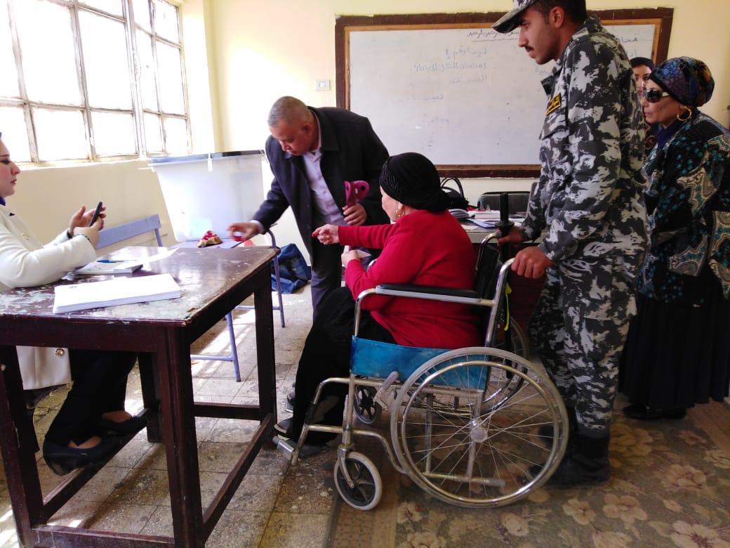 مقاعد متحركة لكبار السن فى الاستفتاء على التعديلات الدستورية (4)