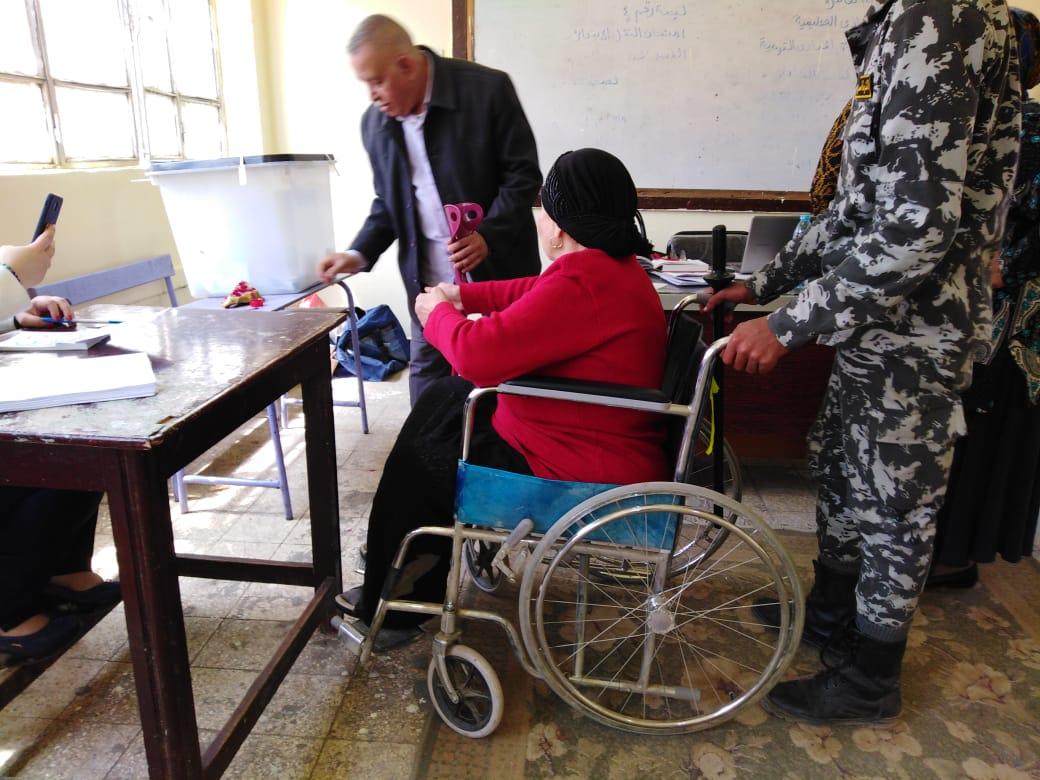 مقاعد متحركة لكبار السن فى الاستفتاء على التعديلات الدستورية (2)