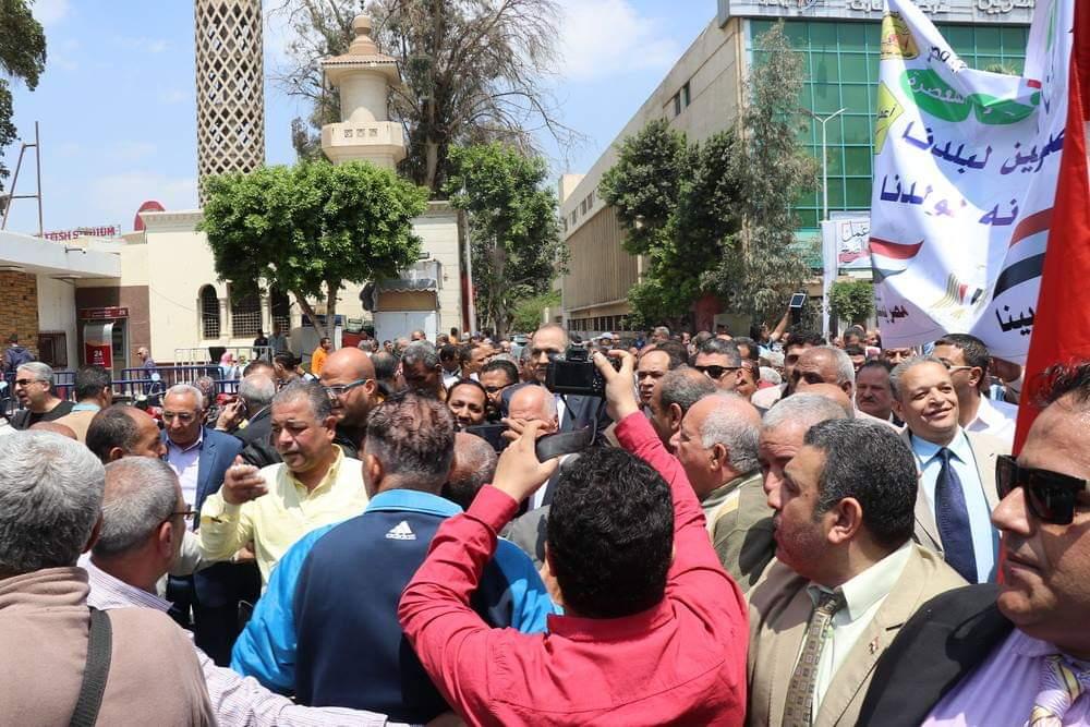 خلف الزناتى نقيب المعلمين يدلى بصوته فى الانتخابات (1)