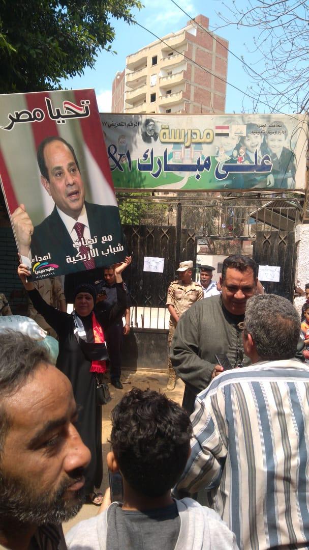 صور الرئيس تتصدر المشهد أمام لجان الاستفتاء بالوراق وبشتيل  (3)