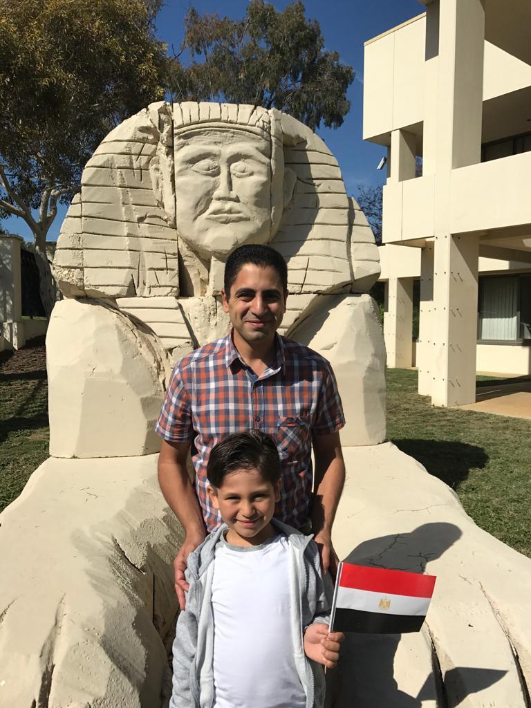 أب يصطحب ابنه فى تصويت المصريين فى استراليا