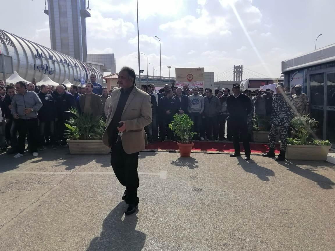 توافد العشرات علي اللجان الانتخابية بمطار القاهرة (1)