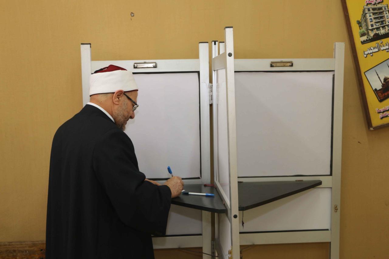 مفتي الجمهورية يدلي بصوته في التعديلات الدستورية في القاهرة (3)