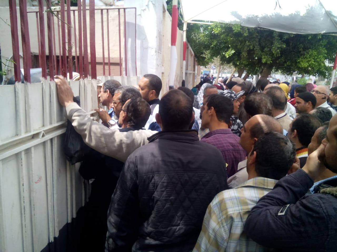 عمال هيئة النقل العام بالقاهرة يشاركون فى استفتاء الدستور (5)