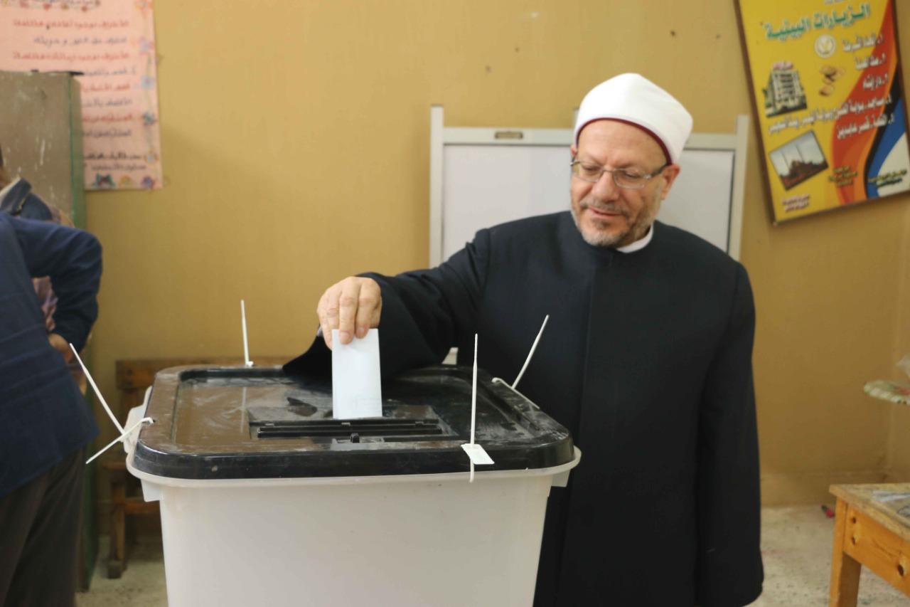 مفتي الجمهورية يدلي بصوته في التعديلات الدستورية في القاهرة (4)