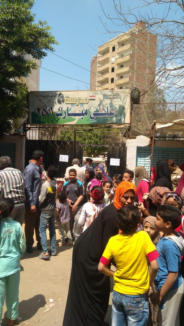 صور الرئيس تتصدر المشهد أمام لجان الاستفتاء بالوراق وبشتيل  (6)