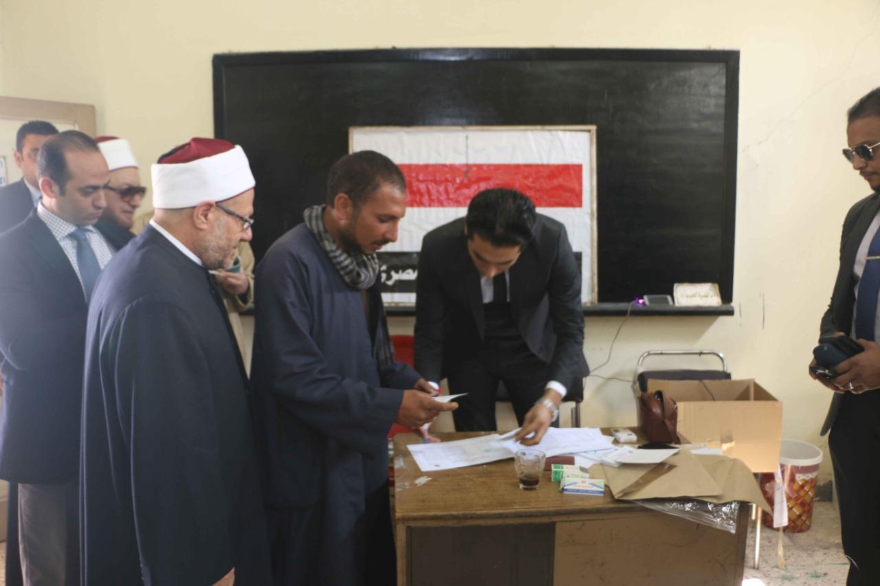 مفتي الجمهورية يدلي بصوته في التعديلات الدستورية في القاهرة (1)