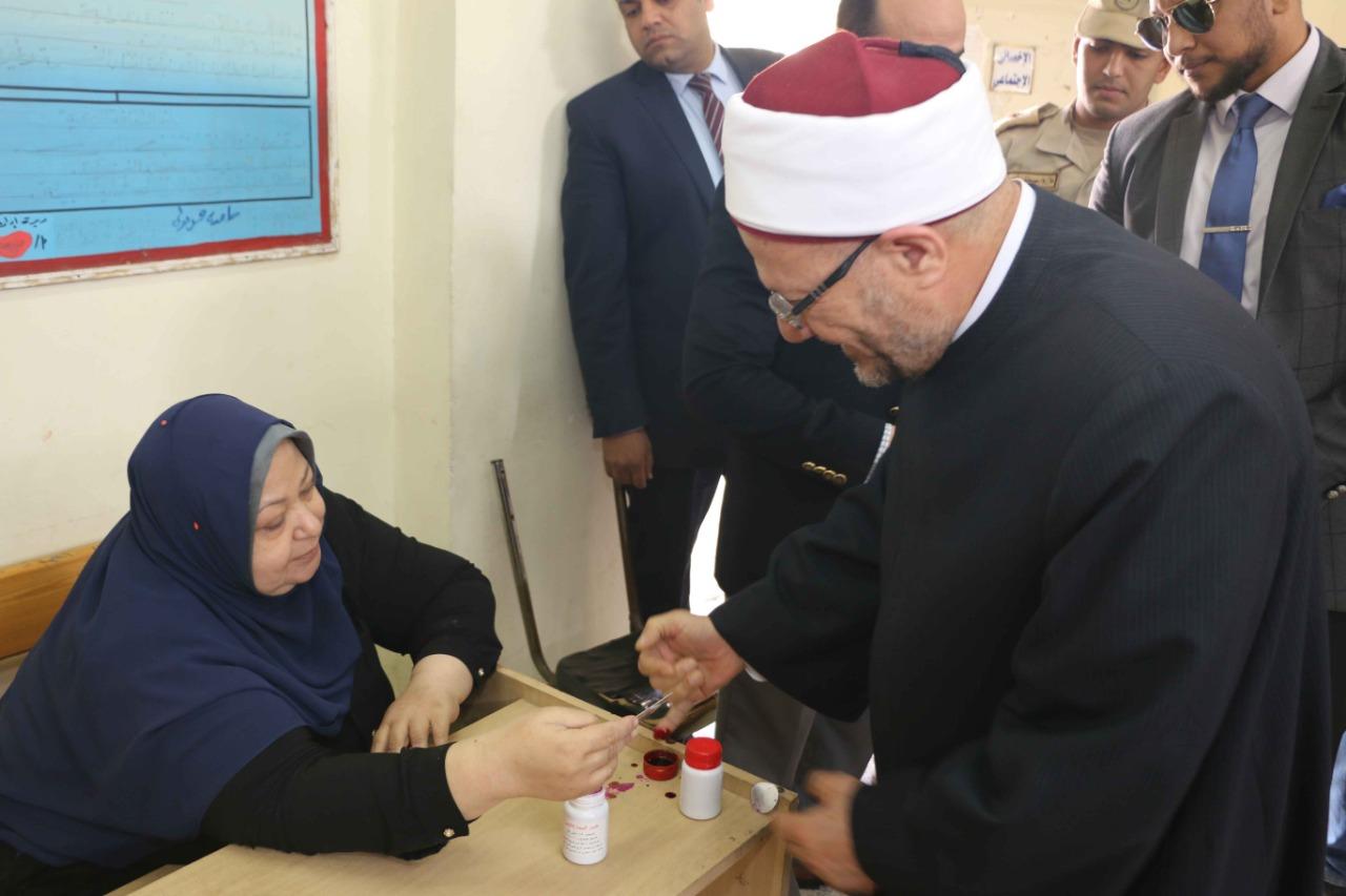مفتي الجمهورية يدلي بصوته في التعديلات الدستورية في القاهرة (2)