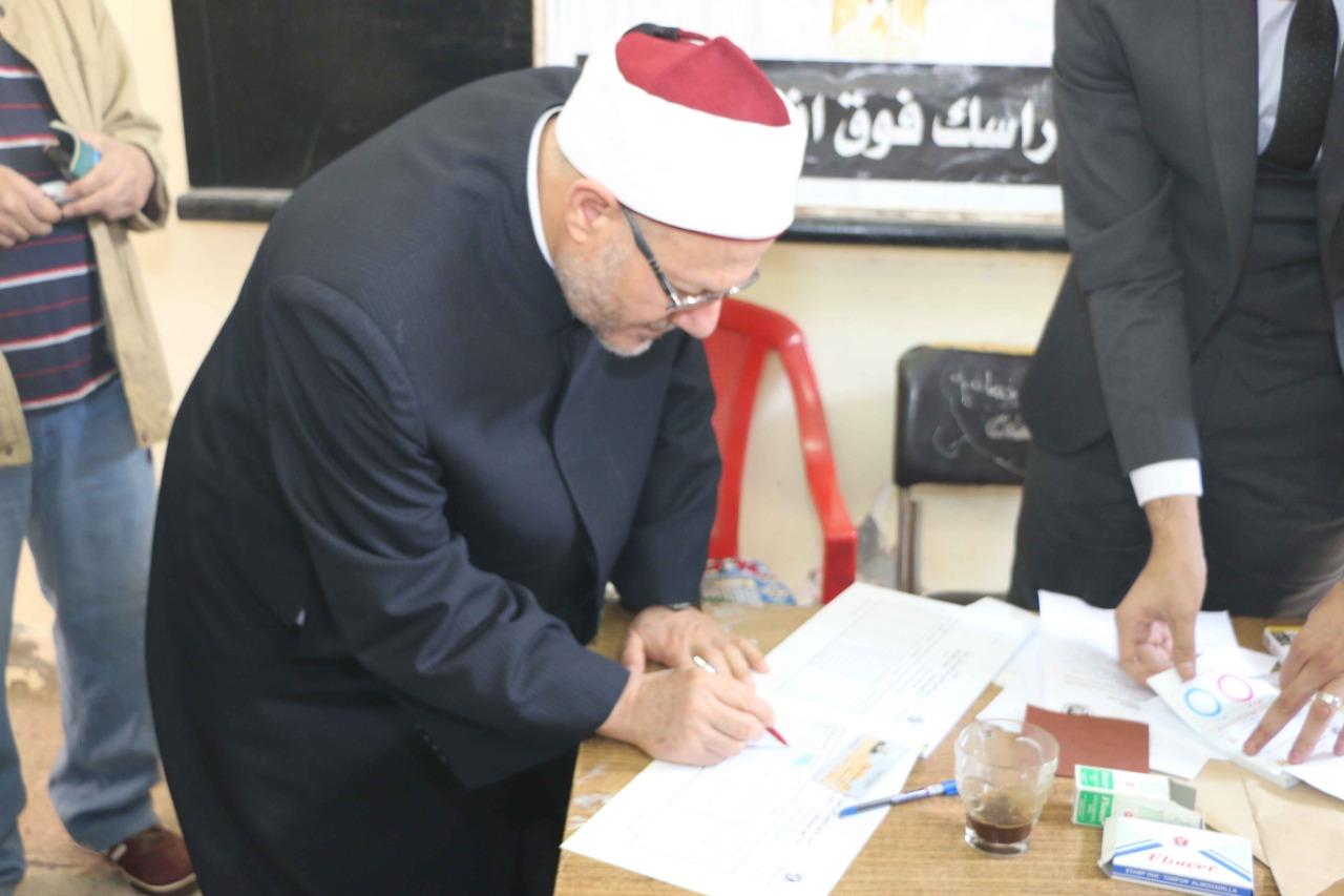 مفتي الجمهورية يدلي بصوته في التعديلات الدستورية في القاهرة (5)