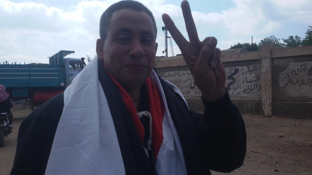 مواطن يزين سيارتة بأعلام مصر ومكبرات صوتية لحث المواطنين (3)