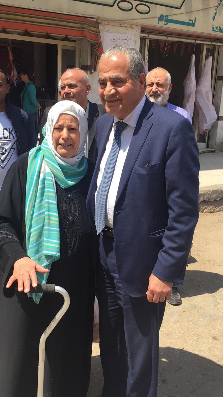 وزير التموين يصافح   المواطنين  عقب الإدلاء بصوته فى الاستفتاء  (5)