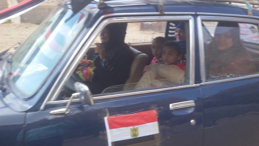 مواطن يزين سيارتة بأعلام مصر ومكبرات صوتية لحث المواطنين (5)