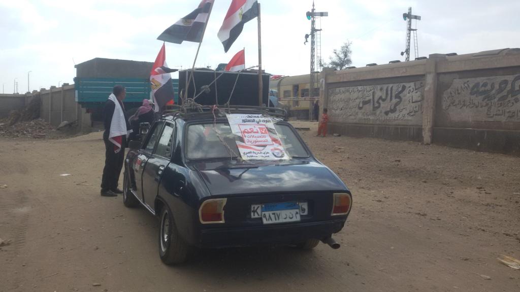 مواطن يزين سيارتة بأعلام مصر ومكبرات صوتية لحث المواطنين (8)
