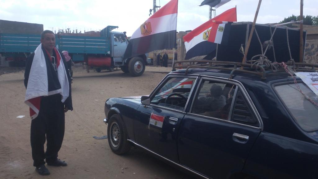 مواطن يزين سيارتة بأعلام مصر ومكبرات صوتية لحث المواطنين (9)