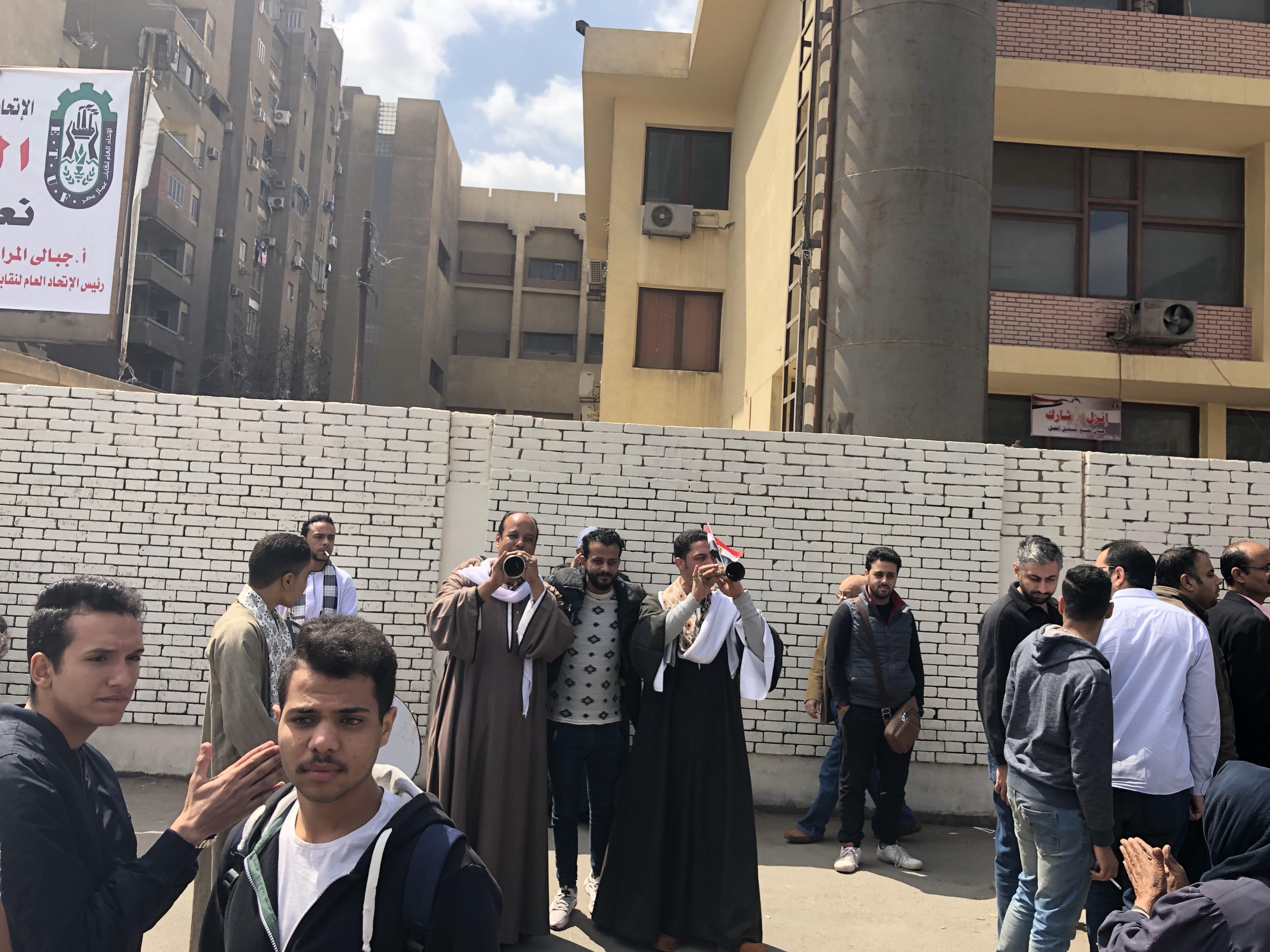 ناخبون يستعينون بالمزمار البلدى للحث على المشاركة فى التعديلات بمدينة نصر  (1)