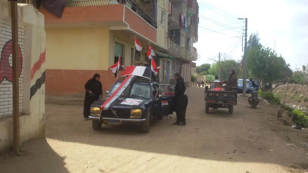مواطن يزين سيارتة بأعلام مصر ومكبرات صوتية لحث المواطنين (7)