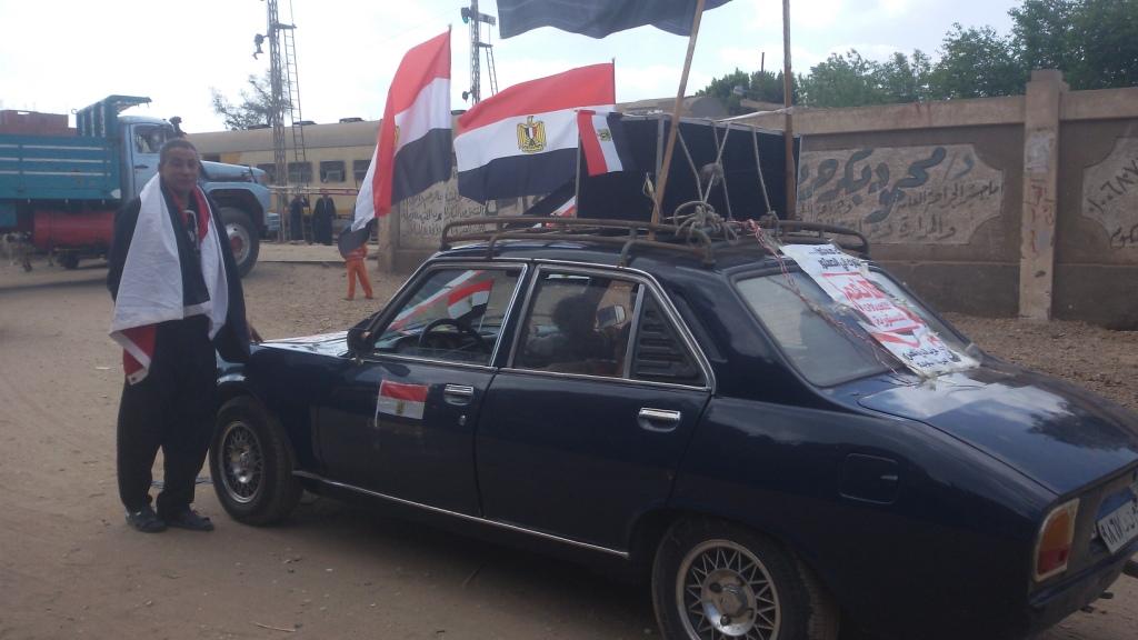 مواطن يزين سيارتة بأعلام مصر ومكبرات صوتية لحث المواطنين (1)