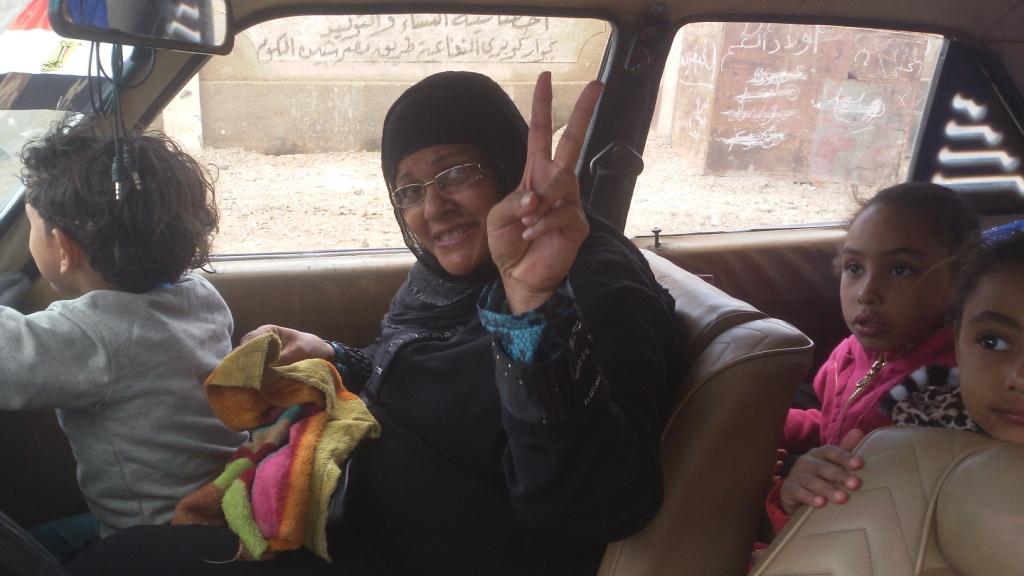 مواطن يزين سيارتة بأعلام مصر ومكبرات صوتية لحث المواطنين (4)