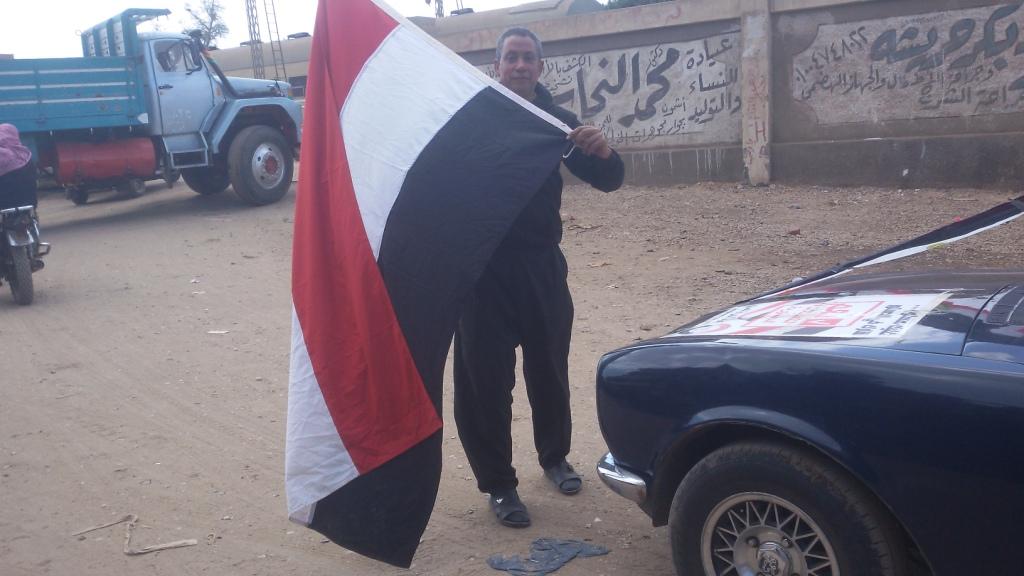 مواطن يزين سيارتة بأعلام مصر ومكبرات صوتية لحث المواطنين (6)