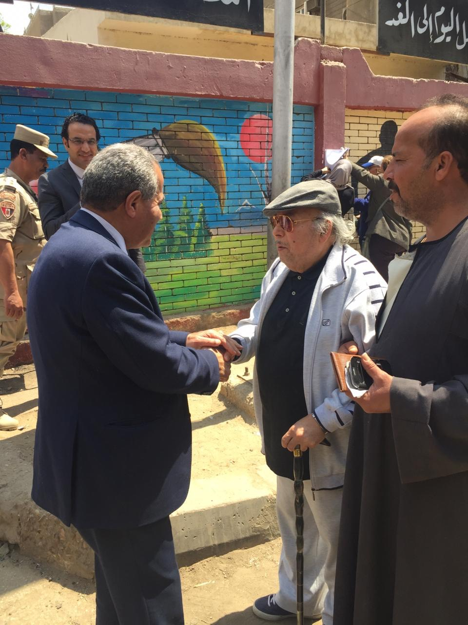 وزير التموين يصافح   المواطنين  عقب الإدلاء بصوته فى الاستفتاء  (1)