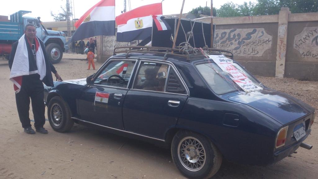 مواطن يزين سيارتة بأعلام مصر ومكبرات صوتية لحث المواطنين (2)