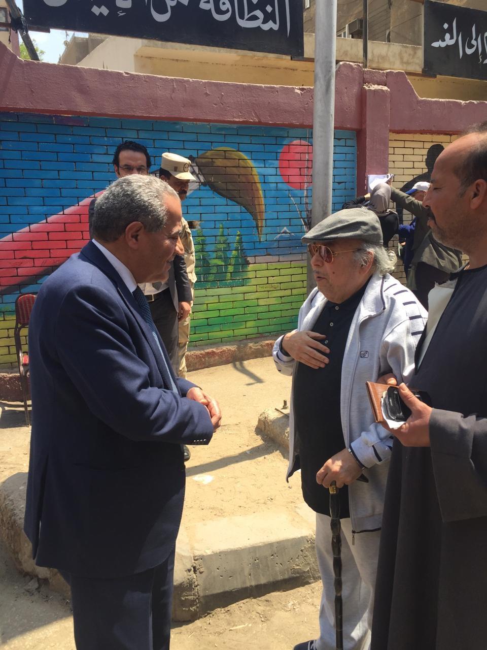 وزير التموين يصافح   المواطنين  عقب الإدلاء بصوته فى الاستفتاء  (3)