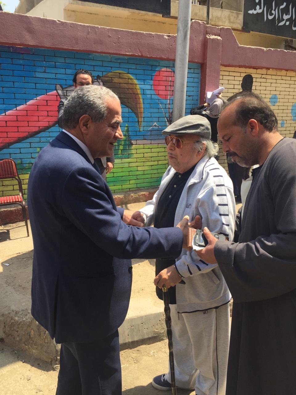 وزير التموين يصافح   المواطنين  عقب الإدلاء بصوته فى الاستفتاء  (2)